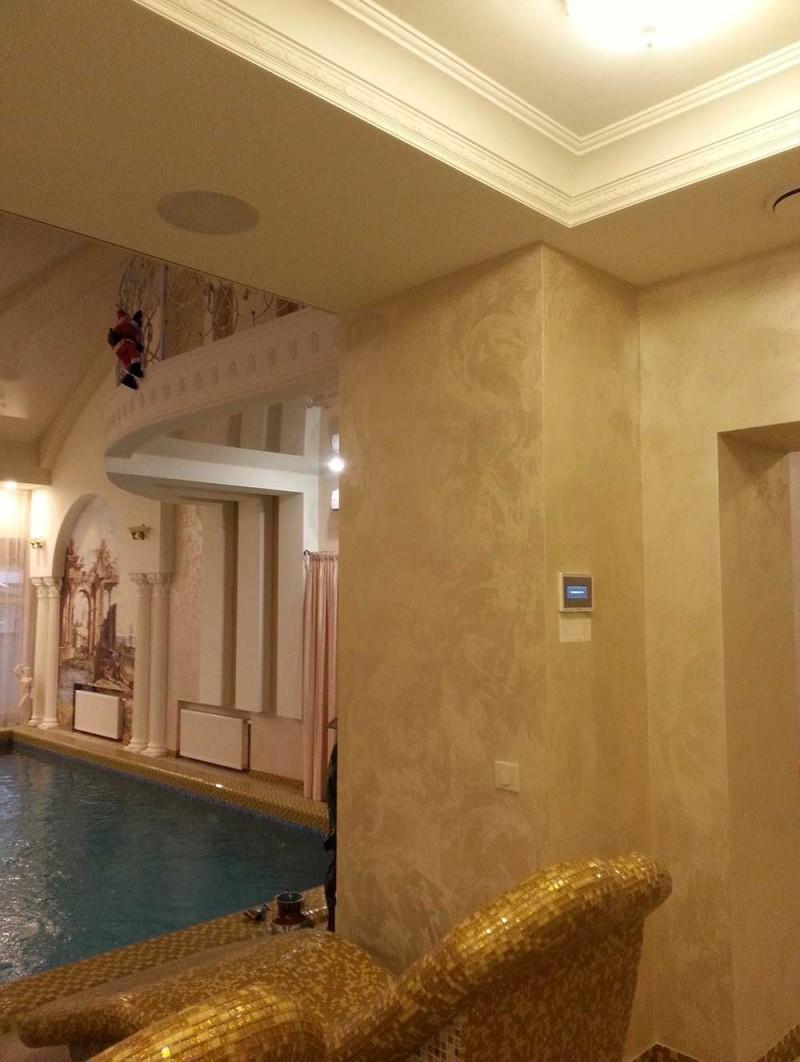 Multiroom в зоне отдыха возле бассейна