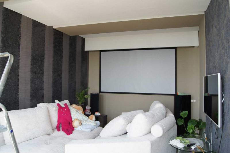 Домашний кинотеатр в гостиной квартиры